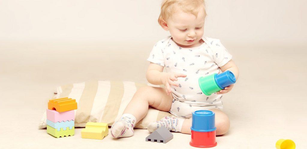 كيف أختار اللعبة المناسبة لطفلي المصاب بالتوحُّد؟