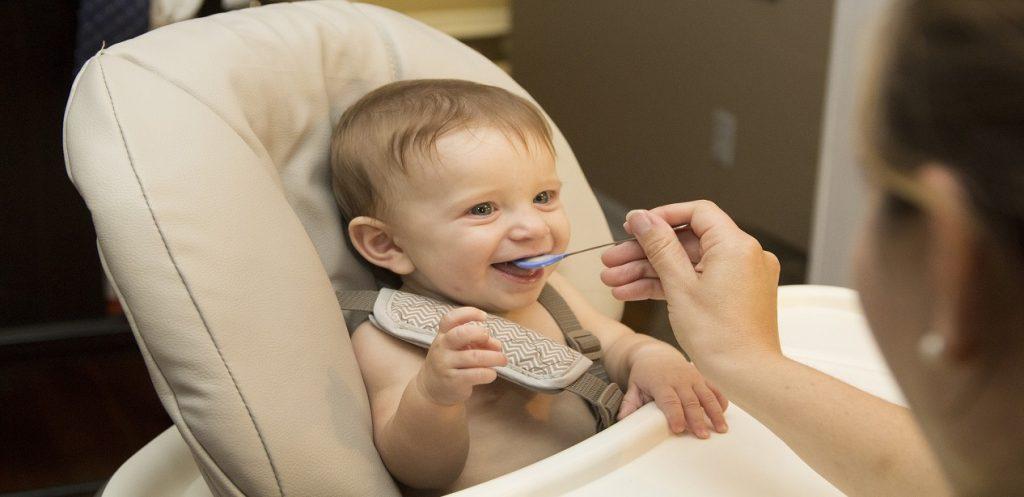 متى أبدأ في إدخال الطعام لطفلي الرضيع؟