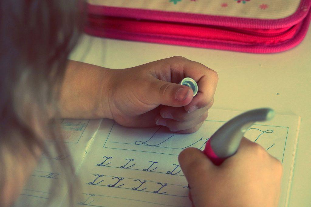 7 أفكار لتشجيع طفلك على انجاز الواجبات المنزلية بمفرده