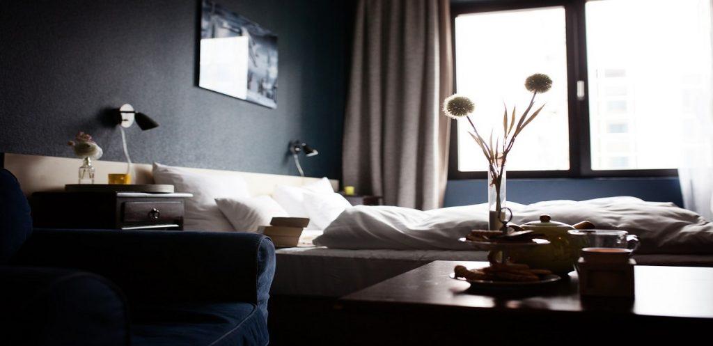 7 أفكار لضمان سلامة طفلك في غرفة الفندق