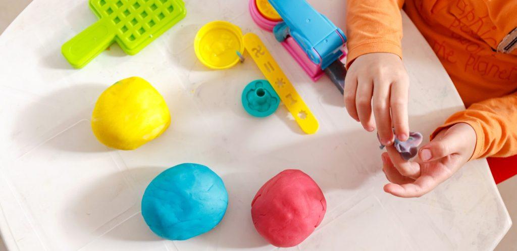 طريقة عمل معجون اطفال ملون في المنزل في دقيقتين