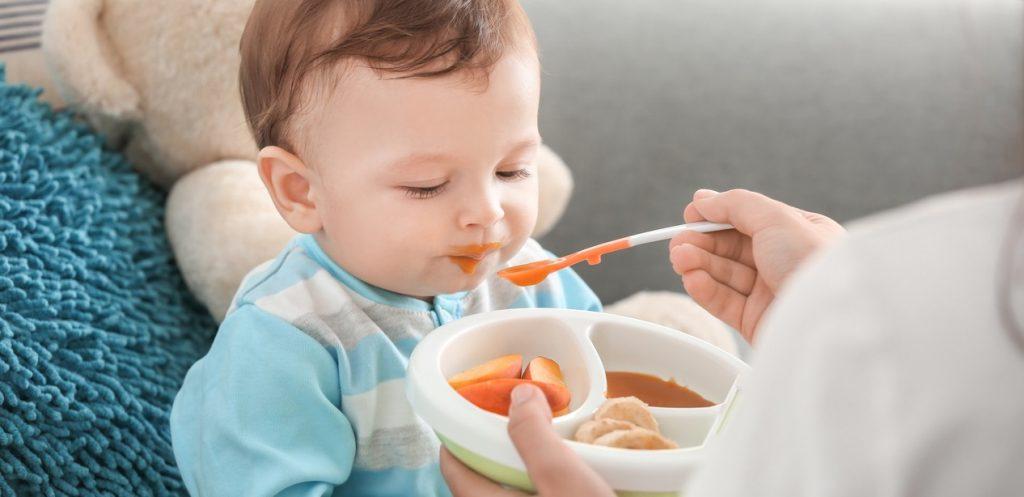 علامات استعداد الرضيع للطعام الصلب ونصائح عامة من الصيدلانية إيمان بطيخة