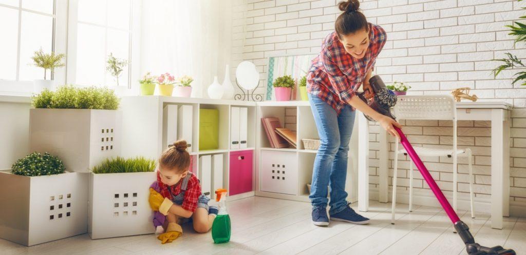 متى يمكن أن يساعد الأبناء في تنظيف البيت؟
