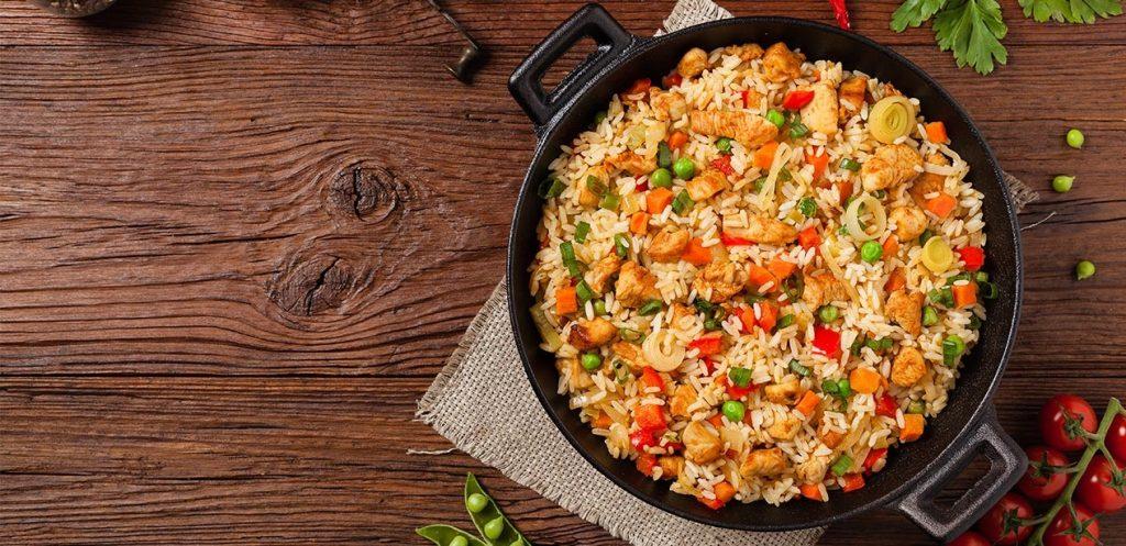 أفكار وجبات مدرسية للدوام الطويل: رز بالخضروات والدجاج