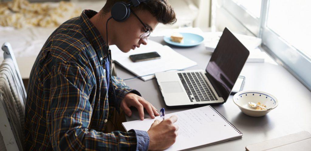 كيف أساعد طفلي المراهق على اختيار التوجه الدراسي المناسب؟