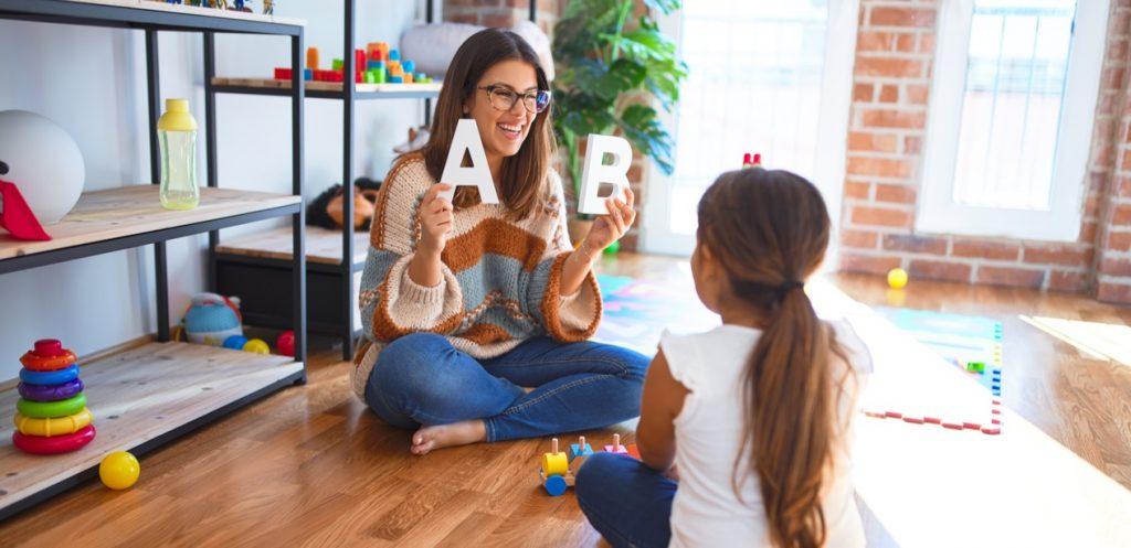 كم لغة أجنبية يجب أن يتقن طفلك
